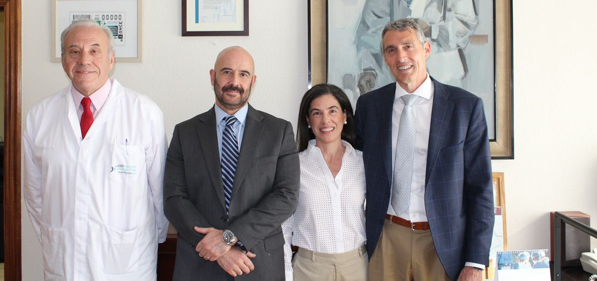 A la derecha, Álvaro de la Parra, con el equipo directivo de FJD, el doctor Javier Guerra, Jesús María Rodríguez y Eva Sáez.