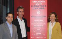 La consejera de Salud de La Rioja, María Martín, junto a Carlos Sola, director técnico del Centro de Transfusión de La Rioja, y Rubén Fernández, vicerrector de Estudiantes de la UR.