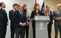 El bloque del Partido Popular, con Dolors Montserrat al frente, comparece instantes antes de la Conferencia Médica para denunciar la ausencia del PSOE