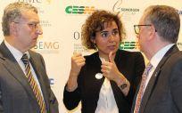 La ministra de Sanidad, Servicios Sociales e Igualdad, Dolors Montserrat, conversa con los consejeros de Sanidad de Asturias y Aragón, este jueves en la sede de la Organización Médica Colegial