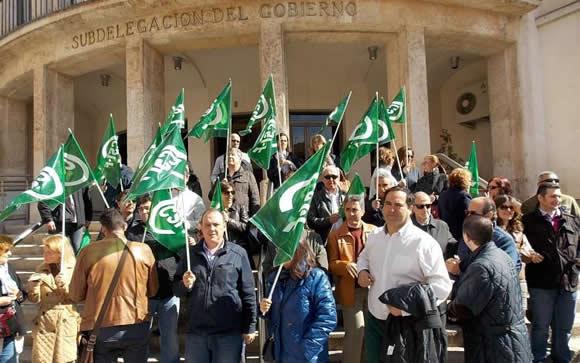 Los representantes de CSIF protagonizaron una protesta a las puertas de la subdelegación del Gobierno en Castilla-La Mancha.