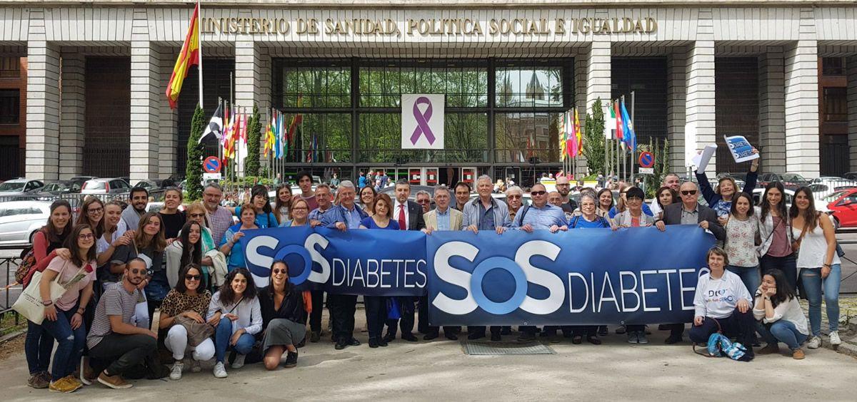 Representantes de asociaciones de diabetes de toda España frente al Ministerio de Sanidad