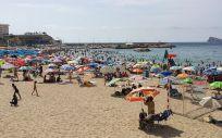 Turistas disfrutan de un día de playa en Benidorm