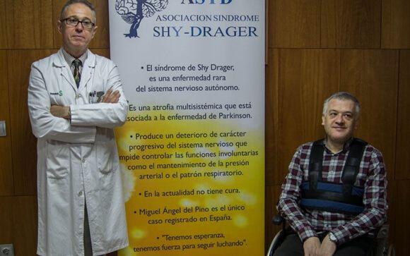 Miguel Ángel del Pino, a la derecha, durante la presentación de la asociación sobre la enfermedad rara que padece