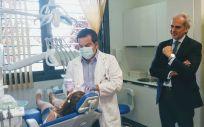 El consejero de Sanidad en funciones, Enrique Ruiz Escudero, ha visitado este lunes el Centro de Salud Griñón