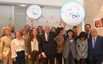 El presidente del Consejo General de Enfermería, Florentino Pérez Raya, en el centro de la imagen, acompañado de pacientes y profesionales en la presentación de la campaña, este miércoles en Madrid