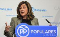 María José Sáenz de Buruaga, presidenta del PP de Cantabria, informando de que su partido denunciará ante la Fiscalía las irregularidades del SCS.