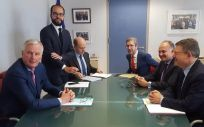 Ximo Puig (d), junto al equipo de negociación de la Comisión Europea para el Brexit.