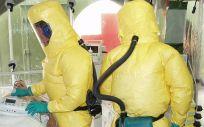 La OMS colabora con distintas ONG para potenciar la asistencia sanitaria por el ébola en África