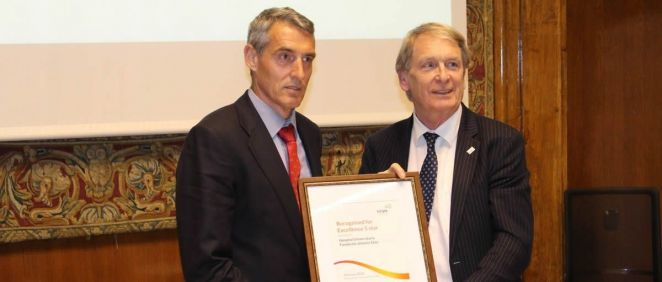 Juan Antonio Álvaro de la Parra recibe el Reconocimiento de Excelencia en Gestión EFQM Cinco Estrellas de manos de Leon Tossaint