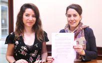 Las diputadas de Unidos Podemos, Ana Terrón y Ana Marcello, registrando en el Congreso una batería de preguntas sobre el Plan Nacional de Alzheimer.