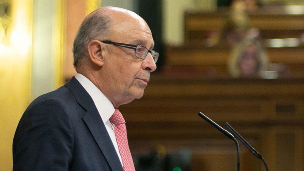 El departamento que dirige Cristóbal Montoro propone que se cree un fondo de reserva para garantizar la asistencia sanitaria en periodos recesivos.