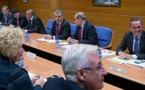Íñigo Urkullu y Jon Darpón, en el centro de la imagen, en una reunión del Ejecutivo del País Vasco
