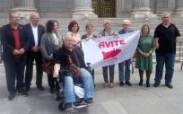 Varios diputados junto a los representantes de Avite durante su concetración a las puertas del Congreso