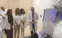 La consejera de Salud de Andalucía, Marina Álvarez, visitando el nuevo acelerador lineal