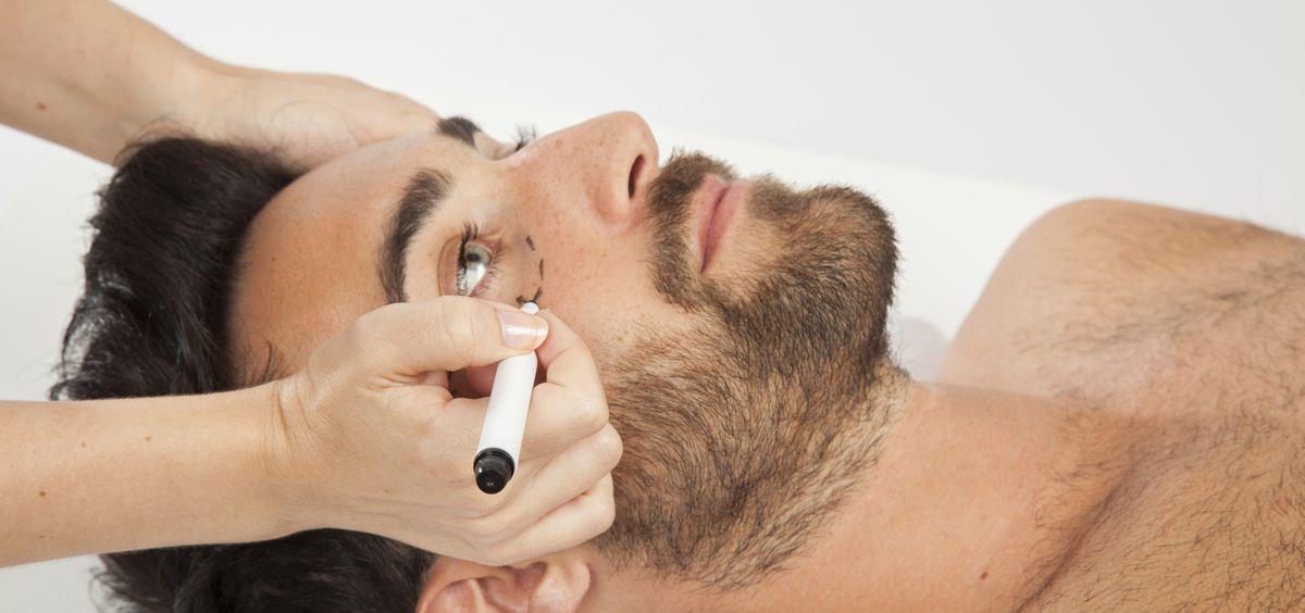 Los tratamientos más demandados con los destinados a paliar la alopecia, la grasa localidad y el envejecimiento facial.