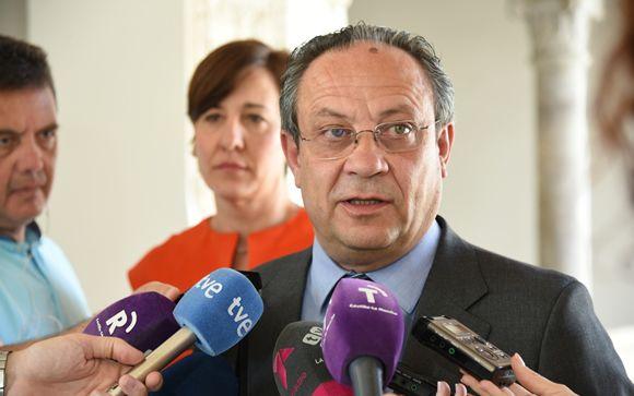 El consejero de Hacienda de Castilla-La Mancha, Juan Alfonso Ruiz Molina, realizando declaraciones a los medios de comunicación.