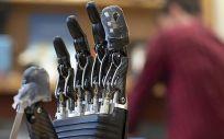 La piel electrónica para las prótesis permite sentir el tacto y el dolor