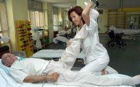 Fisioterapeuta atendiendo a un paciente (Foto. ConSalud)