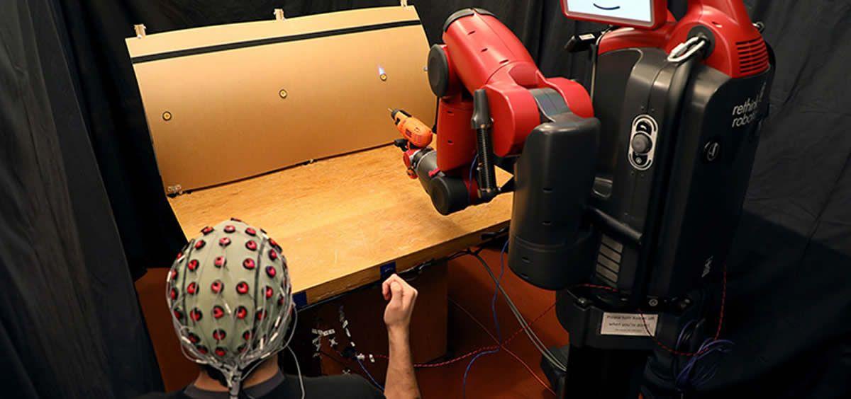 Protesis robóticas manejadas por gestos y ondas cerebrales