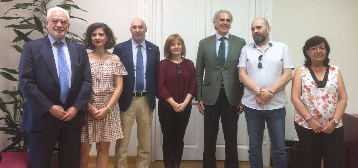 El consejero de Sanidad de Madrid, Enrique Ruiz Escudero y el resto de firmantes del acuerdo sobre la carrera profesional