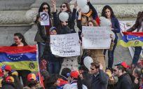 Un grupo de personas se manifiestan contra las políticas de Nicolás Maduro en Venezuela