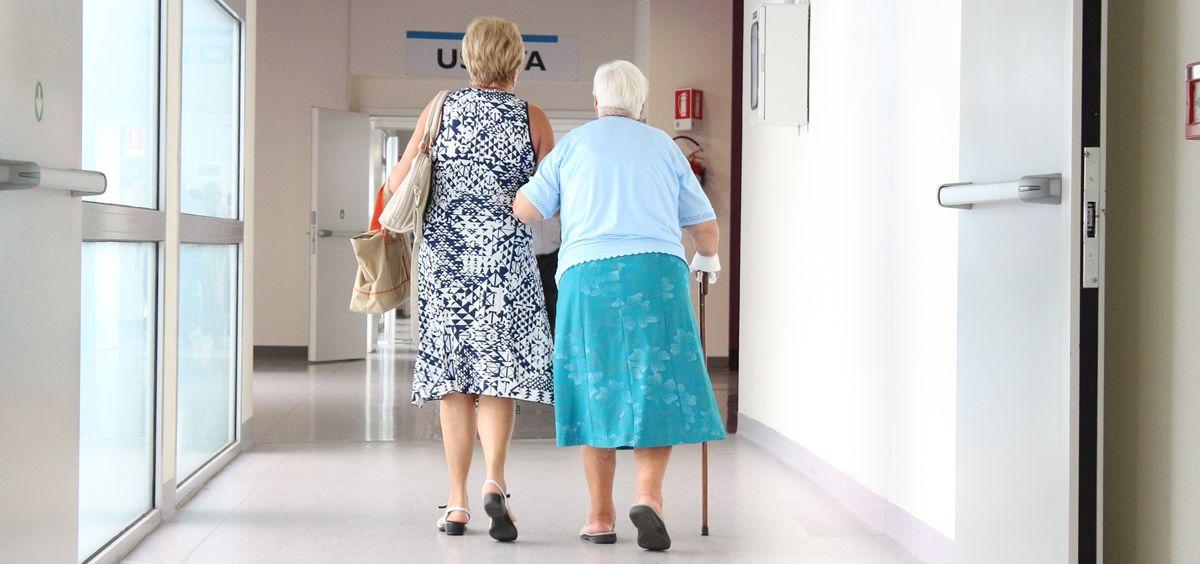 El último informe del INE indica que vivir en un hogar con ingresos bajos dificulta la asistencia al médico, hacer deporte o comer sano.