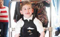 Un estudio pionero permite a tres niños probar en casa el primer exoesqueleto infantil