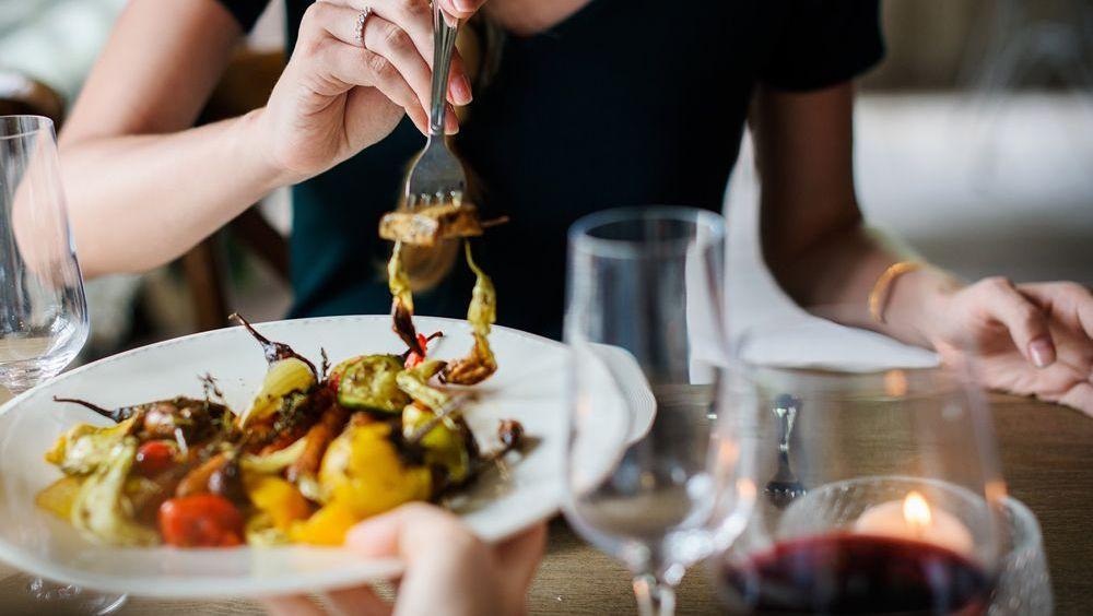 Cenar temprano se asocia con menos riesgo de cáncer