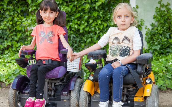 Dos niñas afectadas de atrofia muscular espinal. FundAME