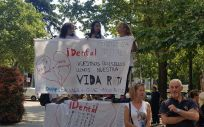 Pacientes afectados por el cierre de las clínicas de iDental manifestándose