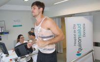 Paco Barthe, nuevo fichaje del C.D. Bidasoa, realizando la prueba de esfuerzo con el médico deportivo Ricardo Jiménez.