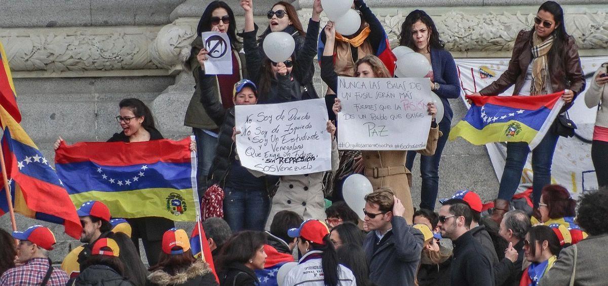 Varias personas se manifiestan por la situación de la crisis de Venezuela