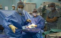 Profesionales sanitarios trabajan en un quirófano