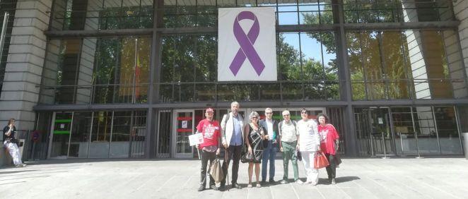 Representantes de la Plafhc en la entrada del Ministerio de Sanidad