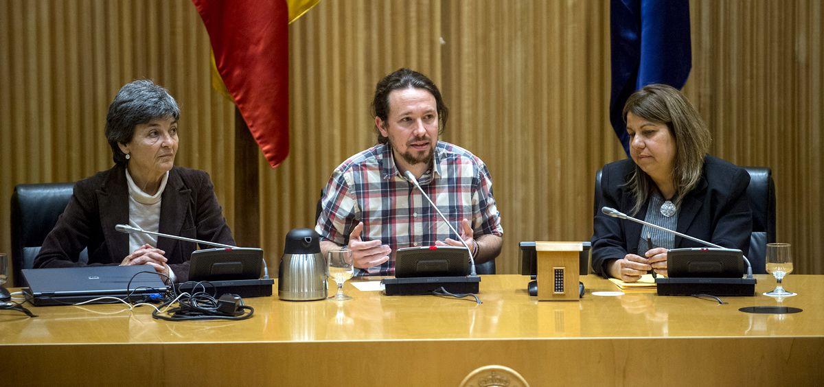 El secretario general de Podemos, Pablo Iglesias, junto a Amparo Botejara (i) y Kontxi Palencia (d), portavoces de Sanidad de la formación en Congreso y Senado.