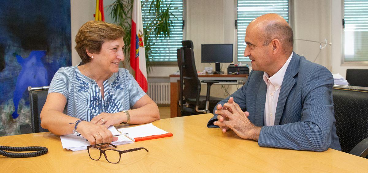 La consejera de Sanidad de Cantabria, María Luisa Real, ha recibido a Tomás Castillo, presidente de la Plataforma de Organizaciones de Pacientes (POP).