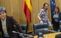 En la imagen, el secretario general de Podemos, Pablo Iglesias, junto a Amparo Botejara (i) y Kontxi Palencia (d), portavoces de Sanidad de la formación en Congreso y Senado.