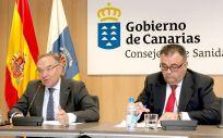 El consejero de Sanidad del Gobierno de Canarias, José Manuel Baltar, y el director del Servicio Canario de Salud, Conrado Domínguez.