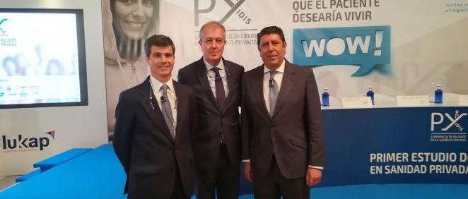 De izquierda a derecha: Adolfo Fernández-Valmayor, Luis Mayero y Manuel Vilches, representantes de la Fundación IDIS, han expuesto el valor de la sanidad privada en el ámbito de la atención sociosanitaria