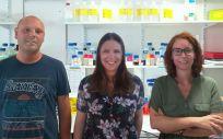 Foto de los tres primeros autores. De izquierda a derecha: Omar Al Massadi, Cintia Folgueira, Mar Quiñones