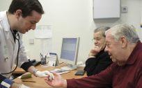 Médico de Atención Primaria atiende a un paciente en el Servicio Andaluz de Salud (SAS)