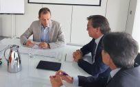 Pedro Duque, ministro de Ciencia, Innovación y Universidad, junto a Jesús Acebillo, presidente de Farmaindustria, y Humberto Arnés, director general de Farmaindustria.