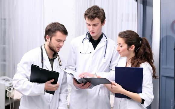 El futuro del médico tras el MIR: Entre los contratos en Urgencias y los planes a largo plazo