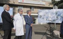 De izquierda a derecha: Enrique Ruiz Escudero, consejero de Sanidad de la Comunidad de Madrid; Joseba Barroeta, gerente del Hospital Universitario Gregorio Marañón, y Ángel Garrido, presidente autonómico, durante la presentación de un proyecto de reforma