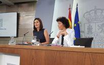 Carmen Montón, ministra de Sanidad, junto a Isabel Celaá, ministra portavoz, en la rueda de prensa posterior al Consejo de Ministros.