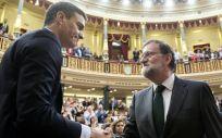 Mariano Rajoy felicita a Pedro Sánchez tras la moción de censura en el Congreso de los Diputados. (Foto. PSOE)