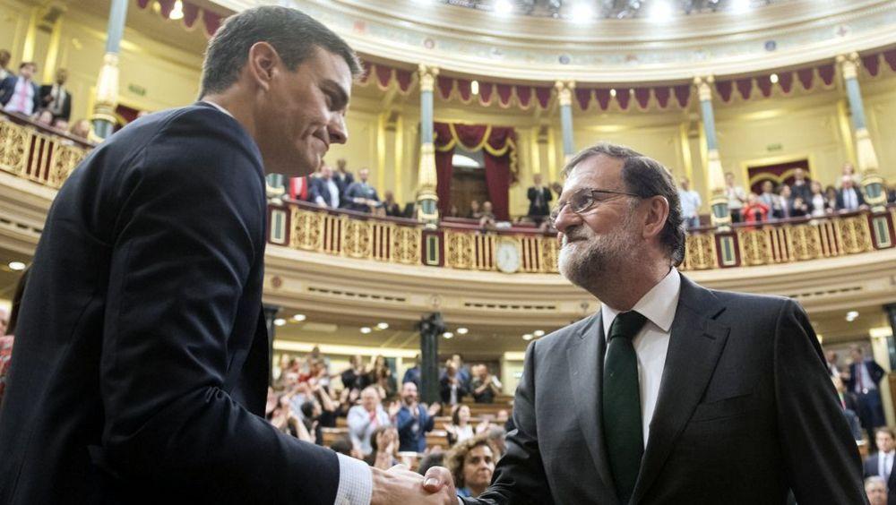 Mariano Rajoy felicita a Pedro Sánchez tras la votación de la moción de censura en el Congreso de los Diputados.
