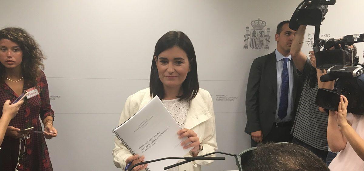 Carmen Montón, ex ministra de Sanidad, enseña la documentación de su máster a los medios (Foto. ConSalud.es)