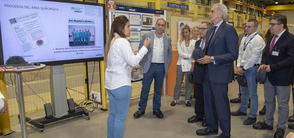El consejero de Sanidad de la Comunidad de Madrid, Enrique Ruiz Escudero, durante su visita a las instalaciones de Airbus en Getafe